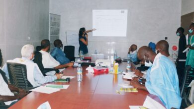 صورة اجتماع في مقر بلدية تفرغ زينه حول تقديم نتائج تقييم مشروع دعم التنافسية في غرب إفريقيا